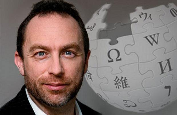 Jimmy Wales, autore dell'Enciclopedia più condivisa della storia, ne ha rivoluzionato il concetto stesso. Nella foto è insieme al logo di Wikipedia